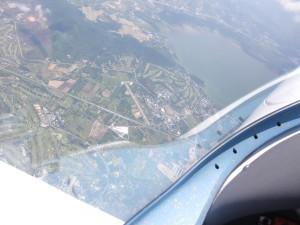 Der Flugplatz Pang Pra,VTBT, Heimat des Thailaendischen Fliegerclubs, direkt unter mir.