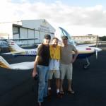 Abschied von Freunden mit Schwimmweste vor dem Flug nach Fiji