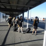 Das sind doch Stewardessen, wo waren die nur bei meinem Aufenthalt in Singapur? Will eine davon mit ueber den Pazifik? Schade kein Platz!