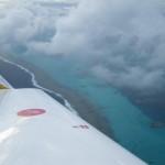Durch die Wolken das weltweit zweitgroesste Riff nach dem great Barrierriff in Australien