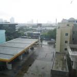 Heftiger Regen beim Blick aus meinem Hotelfenster in Jakarta