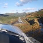 Landung auf einer kleinen Bergbaulandebahn im Osten der Insel