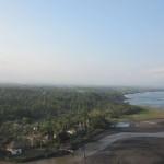 Trikefliegen ueber Bali, die Landebahn am Strand aus ausgerollten Bambusstaeben!