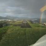 Man sieht den Vorhaltewinkel und wie der Flieger schiebt, Regenbogen im Hintergrund bei der Landung