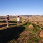 Nigel und ein Freund beim Modellhangsegeln. Unten auf der Landebahn lauerte einKaenguru, oben am Baum sass ein Graukopfadler.