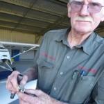 Richard, der langjaehrige Rotaxservicetechniker fuer Queensland mit meinen verbleiten Zuendkerzen nach nur 50 Stunden Flugzeit mit AVGAS.