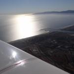 Abflug aus Los Angeles Intl. Im Hintergrund die beruehmte Bucht von Santa Monica und Malibu