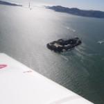 Die Gefaengnisinsel Alkatraz und im Hintergrund die Golden Gate. Von dieser Insel gabs aufgrund der starken Stroemungen kein Entkommen, auch Al Capone sass hier ein