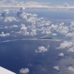 Genau bei Puka Puka ist ein Loch in der sonst eher geschlossenen Wolkendecke, sodass ein Blick auf die Landebahn gewaehrt wird