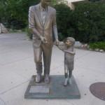 Rapid City wird auch die Stadt der Praesidenten genannt, an jeder Strassenkreuzung steht eine Statue von einem der 44 Praesidenten, hier J.F. Kennedy mit seinem Sohn, der selbst in jungenen Jahren mit dem Flugzeug toedlich verunglueckt ist.