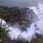 Besonders Mutige die unbedingt nass werden wollen gehen auch schon mal unter den Wasserfall