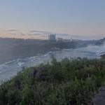 Der amerikanische, kleinere Wasserfall mit dem Riesenrad im Vergnuegungspark auf kanadischer Seite
