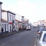 Die Hauptstrasse von Vila de Porto, so heisst die einzige groessere Ansiedlung hier auf der Insel.