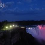 Die Wasserfaelle sind am Abend in verschiedenen Farben beleuchtet, mit dem fast Vollmond im Hintergrund ist dies ein herrlich lauer Abend in einer prachtvollen Kulisse