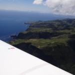Flores mit dem Flugplatz und der kleinen Ortschaft Santa Cruz direkt neben dem Flugplatz.