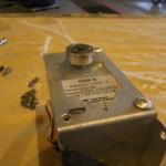Hier der Uebeltaeter, ein abgescheuerter Sollbruchstellensplint zwischen Servogetriebe und Servohebelarm