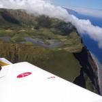 Krater von Corvo aus der Luft, die Wolken haengen hier, so wie bei jedem Vulkan permanent ueber der Insel.