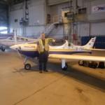 Mein Flieger im Hangar von Shell FBO und Dane, ein Mitarbeiter der mir sein Werkzeug zur Verfuegung stellte. Er meinte noch ich  haette gerade meinen Flugzeugwartingenieur gemacht