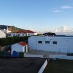 Morgendlicher Blick aus meiner Hotelgefaengniszelle mit der kleinen Insel Corvo im Hintergrund.