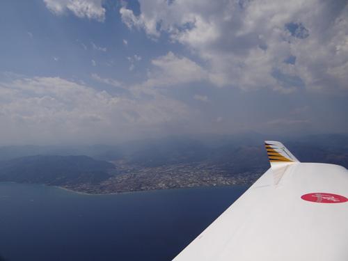Der Flugplatz von Albenga im Hintergrund. Hier wartete Karl Brandstetter mit seiner Tochter Kerstin auf die verunglückten Piloten vergebens, bis die Schreckensnachricht eintraf.