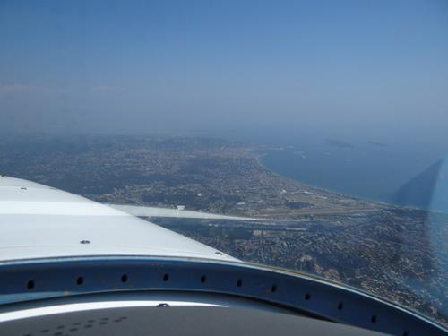 Der Flugplatz Cannes, mir ebenfalls von drei Landungen bereits wohlbekannt. Cannes bietet sich an der Cote Azur hervorragend zur Übernachtung an, da ein günstiges Hotel in Gehdistanz vom Flugplatz ist und man zu Fuss mit dem Kanister von der nahen Tankstelle Autobenzin nachtanken kann.