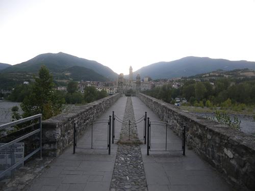 Die Ortschaft Bobbio mit der alten Römerbrücke