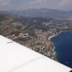 Hier wohnen die Reichen und die Schönen, und auch jene die in der Heimat mit dem Steuerzahlen wenig Freude haben. Ich bin von Nizza Approach auf 500 ft über sealevel gecleared und fliege ganz tief übers Wasser der Küste entlang bis Genua.
